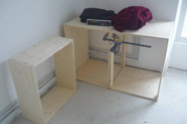chantier en cours : fabrication du mobilier bois 3 plis essence épicéa, certifié PEFC, marque Tilly